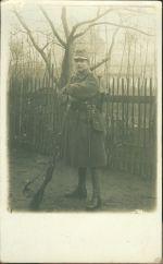 Vojak se zbrani u plotu