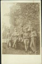 Skupina vojaku na zahrade