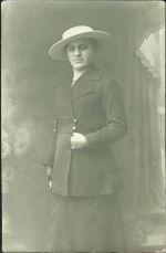 Manicka B v klobouku