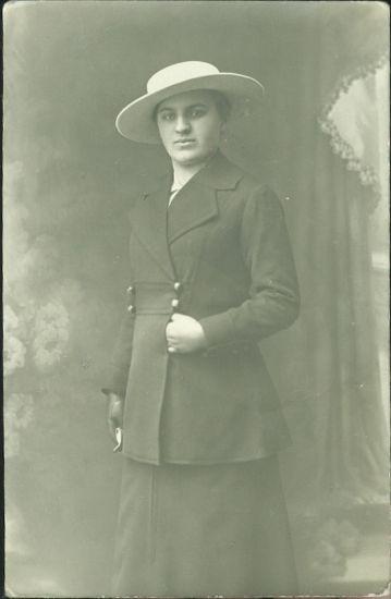 Manicka B v klobouku | antikvariat - detail pohlednice