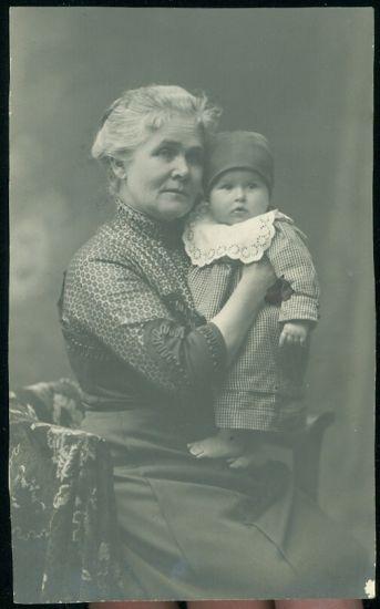 Babicka s vnuckou | antikvariat - detail pohlednice