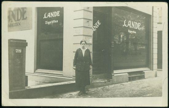 Pred obchodem v Hamburgu | antikvariat - detail pohlednice